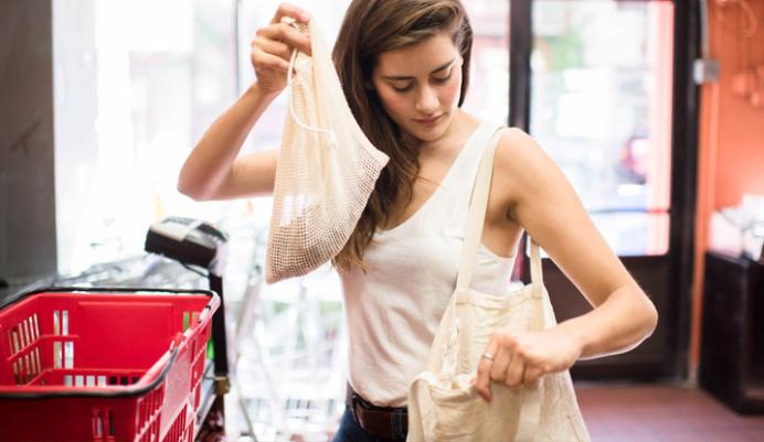 Lauren Singer putting groceries in a tote bag