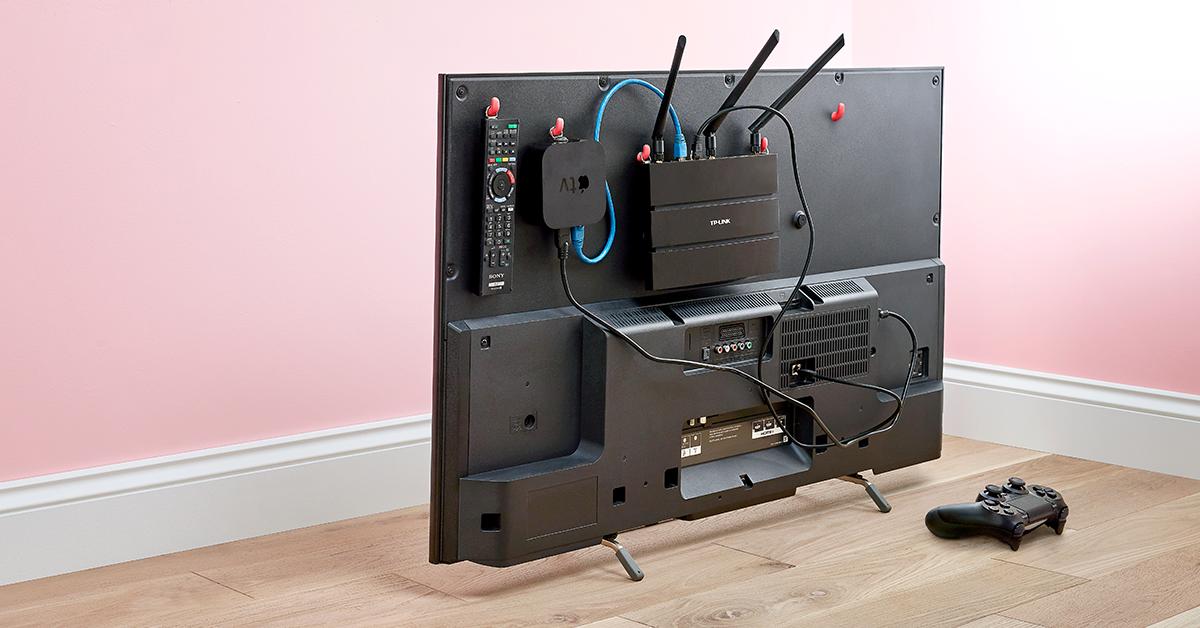 appareils suspendus à la TV avec Sugru et des crochets