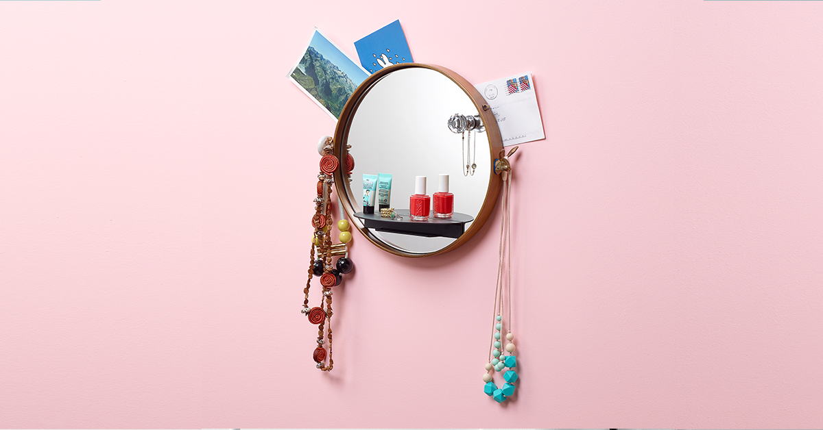 miroir suspendu au mur