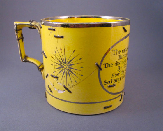 tasse en céramique réparée avec des agrafes