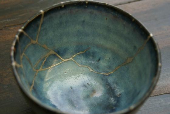 bol cassé réparé selon la méthode Kintsugi à l'or