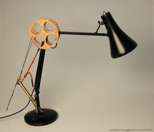 lampe anglepoise réparée avec d'autres objets